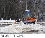 Купить «Трактор убирает снег», эксклюзивное фото № 1610078, снято 26 марта 2010 г. (c) lana1501 / Фотобанк Лори