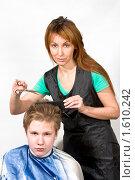 Купить «Парикмахер стрижет мальчика», фото № 1610242, снято 7 марта 2009 г. (c) Куликов Константин / Фотобанк Лори
