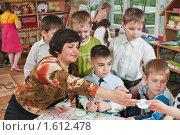 Купить «Дети с воспитателем играют в веселые числа», фото № 1612478, снято 7 апреля 2010 г. (c) Федор Королевский / Фотобанк Лори