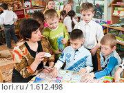 Купить «Дети с воспитателем играют в веселые числа», фото № 1612498, снято 7 апреля 2010 г. (c) Федор Королевский / Фотобанк Лори
