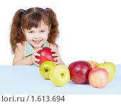 Купить «Маленькая девочка за столом с большой кучей спелых вкусных яблок», фото № 1613694, снято 12 марта 2010 г. (c) pzAxe / Фотобанк Лори