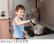 Купить «Мальчик варит кашу», фото № 1613978, снято 26 марта 2010 г. (c) Гладских Татьяна / Фотобанк Лори