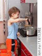 Купить «Мальчик варит кашу», фото № 1613982, снято 26 марта 2010 г. (c) Гладских Татьяна / Фотобанк Лори