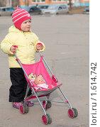 Ребенок гуляет с коляской (2010 год). Редакционное фото, фотограф Марина М. / Фотобанк Лори