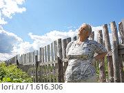 Пожилая женщина держится за болящую от работы на огороде поясницу (2009 год). Редакционное фото, фотограф Надежда Щур / Фотобанк Лори