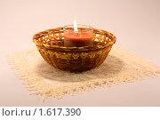 Горящая свеча в плетеной корзинке. Стоковое фото, фотограф Инна Шишова / Фотобанк Лори