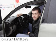 Купить «Мужчина в собственном автомобиле», эксклюзивное фото № 1618578, снято 21 февраля 2010 г. (c) Дмитрий Неумоин / Фотобанк Лори