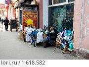 Купить «Уголок бездомной женщины на Пушкинской улице», эксклюзивное фото № 1618582, снято 9 апреля 2010 г. (c) Ирина Кожемякина / Фотобанк Лори
