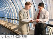 Купить «Два молодых бизнесмена на деловой встрече», фото № 1626798, снято 15 ноября 2008 г. (c) Дмитрий Яковлев / Фотобанк Лори