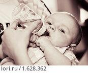 Кормление ребенка. Стоковое фото, фотограф Helen Balakshina / Фотобанк Лори