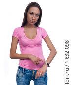 Девушка на белом фоне показывает на наручные часы. Стоковое фото, фотограф Анна Мартынова / Фотобанк Лори