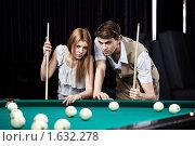 Купить «Молодая пара в бильярдной», фото № 1632278, снято 1 апреля 2010 г. (c) Raev Denis / Фотобанк Лори