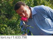 Мужчина и цветок. Стоковое фото, фотограф владимир самохин / Фотобанк Лори
