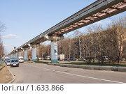 Монорельсовая дорога с приближающимся поездом, эксклюзивное фото № 1633866, снято 12 апреля 2010 г. (c) Константин Косов / Фотобанк Лори