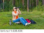Купить «Сидящая девушка с подзорной трубой», фото № 1638434, снято 16 августа 2009 г. (c) Александр Рябов / Фотобанк Лори