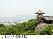 Купить «Япония. Вид на город Киото с пагодой на переднем плане», фото № 1639942, снято 7 мая 2008 г. (c) Андрей Солодовников / Фотобанк Лори