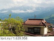 Япония. Пейзаж с традиционным домом на фоне гор (2008 год). Стоковое фото, фотограф Андрей Солодовников / Фотобанк Лори