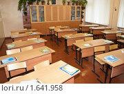 Пустой школьный класс с партами. Стоковое фото, фотограф Кекяляйнен Андрей / Фотобанк Лори