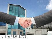 Купить «Рукопожатие на фоне здания», фото № 1642778, снято 26 марта 2006 г. (c) Losevsky Pavel / Фотобанк Лори