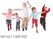 Купить «Дети прыгают на белом фоне», фото № 1642922, снято 21 августа 2018 г. (c) Losevsky Pavel / Фотобанк Лори