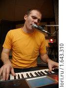Купить «Клавишник поет», фото № 1643310, снято 26 октября 2009 г. (c) Losevsky Pavel / Фотобанк Лори