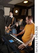 Купить «Репетиция рок-группы», фото № 1643366, снято 26 октября 2009 г. (c) Losevsky Pavel / Фотобанк Лори