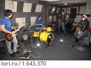Купить «Репетиция рок-группы», фото № 1643370, снято 26 октября 2009 г. (c) Losevsky Pavel / Фотобанк Лори