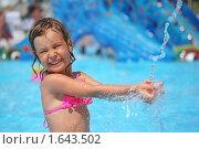 Купить «Веселая маленькая девочка в аквапарке», фото № 1643502, снято 10 июля 2009 г. (c) Losevsky Pavel / Фотобанк Лори