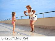 Купить «Бабушка с внучкой на набережной», фото № 1643754, снято 8 июля 2009 г. (c) Losevsky Pavel / Фотобанк Лори