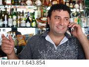 Бармен разговаривает по мобильному телефону. Стоковое фото, фотограф Losevsky Pavel / Фотобанк Лори