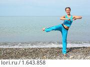 Купить «Женщина занимается спортом на берегу моря», фото № 1643858, снято 16 июля 2009 г. (c) Losevsky Pavel / Фотобанк Лори