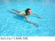 Купить «Молодая женщина плавает в бассейне», фото № 1644106, снято 10 июля 2009 г. (c) Losevsky Pavel / Фотобанк Лори