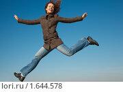 Купить «Девушка в осеннем пальто прыгает на фоне синего неба», фото № 1644578, снято 9 октября 2009 г. (c) Losevsky Pavel / Фотобанк Лори