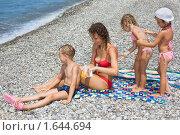 Купить «Мама и дети мажут друг друга кремом для загара», фото № 1644694, снято 19 июля 2009 г. (c) Losevsky Pavel / Фотобанк Лори