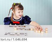 Купить «Маленькая девочка играет с лотто», фото № 1646694, снято 27 января 2010 г. (c) pzAxe / Фотобанк Лори
