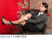 Купить «Девушка в костюме сидит в кожаном кресле», фото № 1648554, снято 19 декабря 2009 г. (c) Кекяляйнен Андрей / Фотобанк Лори