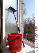 Купить «Весеннее мытье окон дома», фото № 1651790, снято 31 марта 2010 г. (c) Елена Ильина / Фотобанк Лори