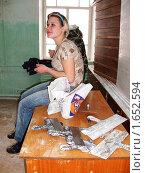 Ученица маляра во время перерыва в работе (2010 год). Редакционное фото, фотограф Юрий Зуев / Фотобанк Лори