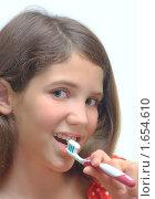 Купить «Девочка с зубной щеткой и пастой», фото № 1654610, снято 23 октября 2019 г. (c) Яна Гуляновская / Фотобанк Лори