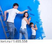 Счастливая семья красит стену. Стоковое фото, фотограф Валуа Виталий / Фотобанк Лори