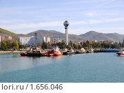 Купить «Порт и набережная Туапсе, вид с воды», фото № 1656046, снято 20 апреля 2010 г. (c) Анна Мартынова / Фотобанк Лори