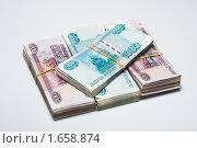 Купить «Пачки бумажных денег - рубли крупно на светлом фоне с тенью», фото № 1658874, снято 15 августа 2018 г. (c) Виктор Савушкин / Фотобанк Лори