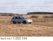 Автомобиль Лада универсал стоит посередине поля (2010 год). Редакционное фото, фотограф Михаил Никишин / Фотобанк Лори