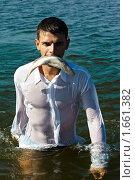 Купить «Мужчина с рыбой в зубах», фото № 1661382, снято 7 августа 2009 г. (c) Serg Zastavkin / Фотобанк Лори