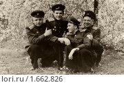 Купить «Победная весна 1945 года. Молодые офицеры радуются победе», фото № 1662826, снято 18 февраля 2019 г. (c) Юрий Кобзев / Фотобанк Лори