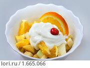 Купить «Фруктовый диетический салат с йогуртом», фото № 1665066, снято 18 декабря 2009 г. (c) ElenArt / Фотобанк Лори