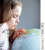 Девочка ищет на глобусе страны. Стоковое фото, фотограф Алешечкина Елена / Фотобанк Лори