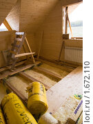 Отделка интерьера деревянного коттеджа. Укладка теплоизоляции на полу. (2010 год). Редакционное фото, фотограф Миняева Ольга / Фотобанк Лори