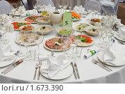 Белый сервированный стол в ресторане перед банкетом. Стоковое фото, фотограф Кекяляйнен Андрей / Фотобанк Лори