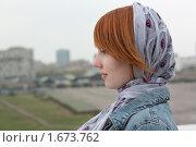 Рыжая девушка в платке на фоне Ходынского поля. Стоковое фото, фотограф Валерий Степанов / Фотобанк Лори